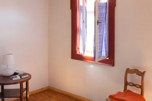 Die bemalten Holzdecken schmücken die heute als Hotel genutzten Räume im Fachwerkhaus. Die alten Außenfenster wurden mit neuen Innenfenstern aus Kiefernholz zu Kastenfenstern ergänzt