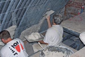Putzarbeiten auf Rippenstreckmetall für die gewölbte Decke im Riesensaal