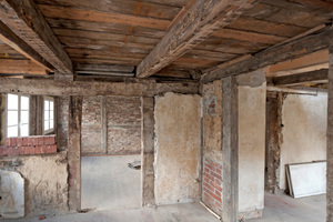 Heterogener Bestand: gut zu sehen die Innenwände mit den nach dem Krieg eingebrachten Vormauerschalen aus bis zu 10 cm dicken Holzwolle-Leichtbauplatten mit Zementputz