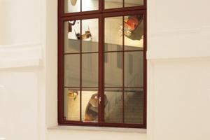 Blick in die Ausstellung durch eines der Altbaufenster