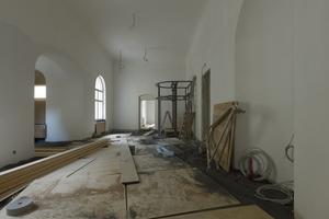Der gleiche Raum im Obergeschoss mit der bereits montierten Unterkonstruktion für die Fahrstuhlverkleidung