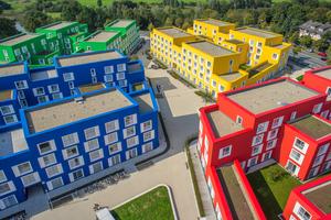 Trotz der immerhin 535 Bewohner auf einer Gesamtwohnfläche von 18000 m2 entstand im studentischen Wohnquartier in Münster ein eigener fließender asymmetrischer Stadtraum<br />Foto: Unika / Sven-Erik Tornow
