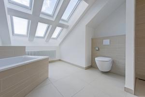 … und in das Badezimmer einer Wohnung im Dachgeschoss Fotos (2): Robert Herrmann / KMH Architekten