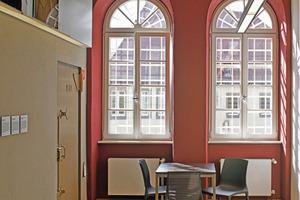 Die Stirnseiten mit den nach wie vor vergitterten Rundbogenfenstern wurden in der Kennfarbe des jeweiligen Stockwerks gestaltet<br />