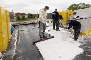 Verklebung der Bitumenbahnen auf der Flachdachdämmung
