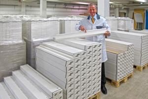 Axel von der Herberg überzeugt sich von der Qualität der maschinell gefertigten Stuckelemente<br /><br />