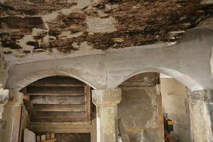 Geschädigte Steinbögen im Erdgeschoss des Fachwerkhauses<br />