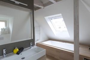 Im Dachgeschoss und Spitzboden befindet sich neben dem Elternschalfzimmer auch deren Bad
