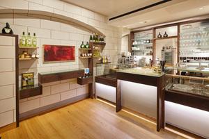 Links: Modern interpretierte Quadermalerei. Modernes Interior des Cafés. Maßgearbeitetes Holzhandwerk der Firma Steinmetz aus Leinach<br />