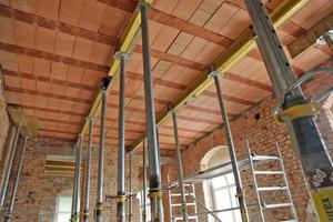 Bis zum Aushärten des Betons werden die Decken alle 2 m von Montagestützen unterstützt