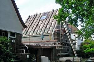 Unten: Die grauen Tegalit Dachsteine warten darauf, von den Dachdeckern verlegt zu werden<br />