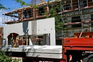 Die Rohbauer montierten die Betonfertigteil-Deckenplatten für die Loggien vor der Fassade Fotos: Harald Müller-Wünsche