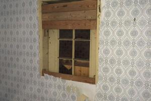 Freilegung eines Fensters in der Hausrückwand