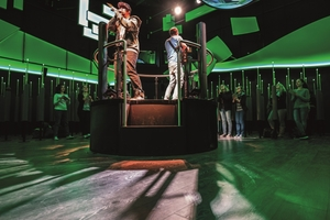 Die Show im Deutschen Pavillon wurde mit einem hochwertigen Laminatfußboden im Dekor H2790 Moorakazie ausgestattet