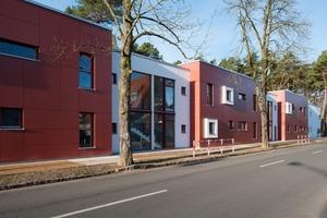 Der neue zweigeschossige Schulhort in Hohen Neuendorf (Bergfelde) ist in Form und Farbe ein Blickfang. Vier Kuben in Rot reihen sich mit flacheren Verbindungsbauten in Weiß<br />