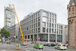 Unmittelbar neben dem Eschenheimer Turm (rechts im Bild) entstand in Frankfurt am Main der sechgeschossige Neubau des Turmcarrées