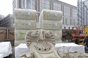 Wie ausgestellt: Bereits auf der Baustelle angelieferter Fassadenschmuck<br />