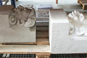 Gipsabguss (rechts im Bild) und sein bereits in Sandstein gehauenes Pendant (links im Bild)<br />