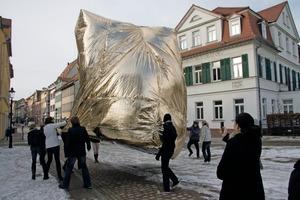Zur Eröffnung der Netzwerkkampagne bauTraum zogen Schüler einen mit Helium gefüllten Ballon durch die Altstadt von Naumburg<br />