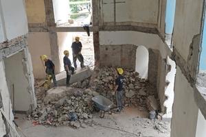 Ein Teilstück der Decke schnitten die Handwerker zwischen dem ersten und dem zweiten Obergeschoss mit dem Betonschneider heraus