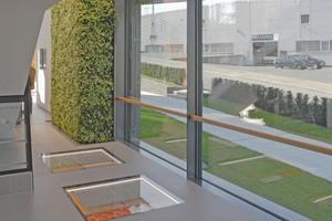 "Rechts: Hinter dem Obergeschossaufgang wird in Bodenfenstern das Fußbodenheizungs-System ""Bekotec"" in Szene gesetzt"