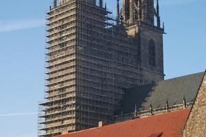 Bei der Fugensanierung der Natursteinfassaden des Südturms kam am Magdeburger Dom auch Bleiwolle zum Einsatz