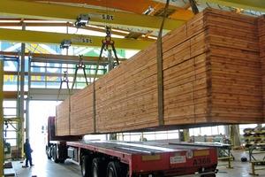 Pultdachbinder für einen SB-Markt in Berlin: Selbst diese kleineren, 17,70m langen Bauteile können nur mit einem Sondertransport aus der Montagehalle der Firma Opitz Holzbau zur Baustelle gebracht werden