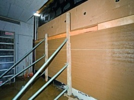 Beeindruckende Abmessungen: zwölf Wochen dauert die Errichtung der Stampflehmwand in der Verabschiedungshalle in Bludenz <br />