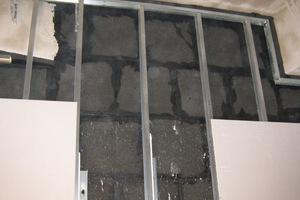 Metallständerwerk oberhalb der Schaumglasdämmung zur Beplankung mit Gipskartonplatten<br />