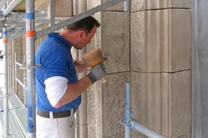 Fassaderestaurierung auf 3000 m²: Die Restauratoren füllten nicht nur die Anschlussfugen mit Blei; sie schlossen Risse, festigten sandende Oberflächen und böschten Kanten an<br />