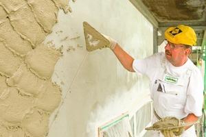 Kellenwurfputz wird traditionell aus dem Handgelenk heraus an die Wand geworfen<br />Foto: Stephan Falk / Sakret<br />