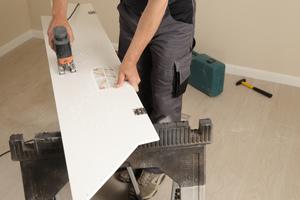 Nachdem die Dachtiefe auf die Seitenteile übertragen wurde, werden diese in der Tiefe zugeschnitten
