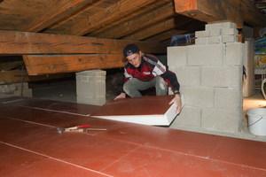 Im Zuge der energetischen Sanierung des Werkschulheims Felbertal verarbeiteten die Handwerker für die Dämmung der obersten Geschossdecke das Dachraumwohnelement F30 rot