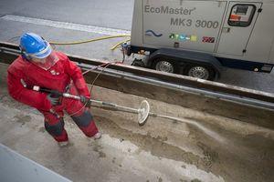 Besonders effektiv und schonend für den Bestand kann der Beton mit dem Wasserhöchstdruck-Verfahren abgetragen werden<br />Fotos: Woma