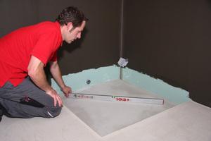 Einmessen des Ablaufs und der Höhe mit Dichtigkeitsprüfung, anschließend nivellieren mit FließspachtelFotos: Sopro
