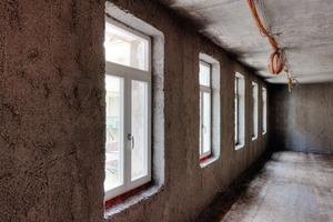 <br />Rechts: Um die sanierten Fenster zu schützen wurden diese vor dem Sprühvorgang abgedeckt<br />