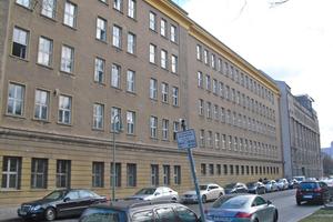 Die Fassade der 1956 in Berlin-Mitte errichteten Feuerwache vor Beginn der Sanierungsarbeiten⇥Fotos: Saint-Gobain Weber