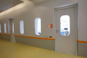 Hinter der gerundeten Flugzeugwand befinden sich die Behandlungsräume <br />
