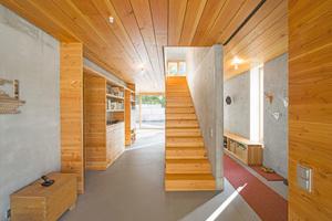 ... innen wurde viel Massivholz verbaut. Unter der Holzschalung besteht die Decke allerdings wieder aus Beton