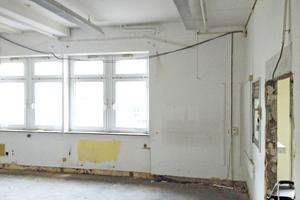Links: Raum vor Beginn der Sanierungsarbeiten in der zuvor leerstehenden Post
