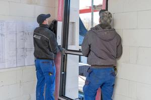 Multifunktionsband anbringen und Fensterelement verkeilen und ausrichten