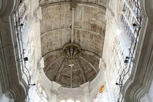 Tonnengewölbe aus Holz in einer französichen Kirche<br />