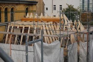 Der neu errichtete Dachstuhl des Kutscherhauses