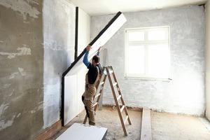 Die Verbund-Dämmplatte haben die Handwerker an die Wand gesetzt und an den Längs- und Querkanten dicht gestoßen<br />