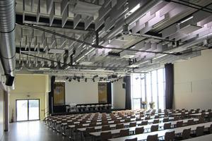 Im Tagungssaal sorgt eine Kombination aus Deckensegeln und Akustikbildern an den Wänden für eine ausgewogene Raumakustik<br />