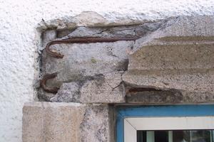 Rechts: Betonwerksteine der Fensterumrandungen des Rias-Gebäudes