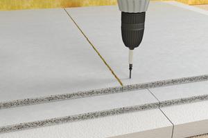 Elemente verschrauben, auf der umliegenden Fläche Powerpanel TE auf Dämmstoff beziehungsweise Fußbodenheizung verlegen