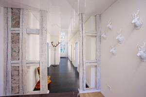 Blick in den Flur vom Empfangstresen der Zahnarztpraxis im ehemaligen Forsthaus in Bad Herrenalb nach Abschluss der Umbauarbeiten<br />