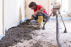 Der Leichtausgelichmörtel wird auf den Rohboden gepumpt und dort geleichmäßig verteilt