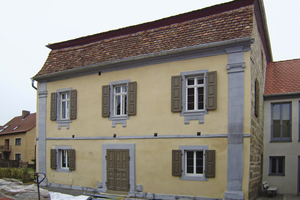 Die klassizistische<br />Fassade der ehemaligen Synagoge in Wiesenbronn